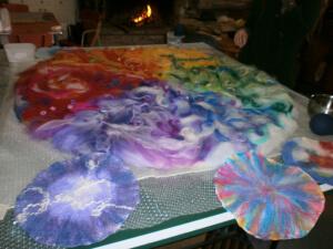 L'inizio di un grande tappeto in feltro; un mandala di gruppo.