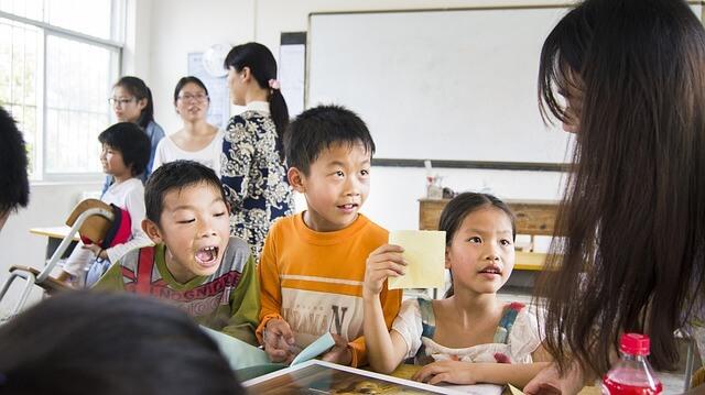bambini a scuola imparano l'arte