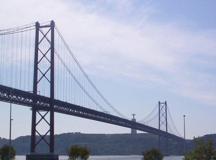 Il Ponte 25 Aprile e, in lontananza, il Cristo-Rei