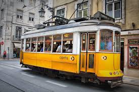 Un tipico tram per le vie di Lisbona