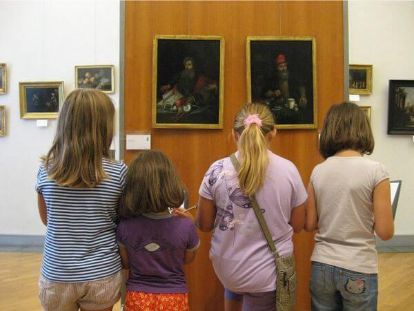 ragazzi in visita presso un museo