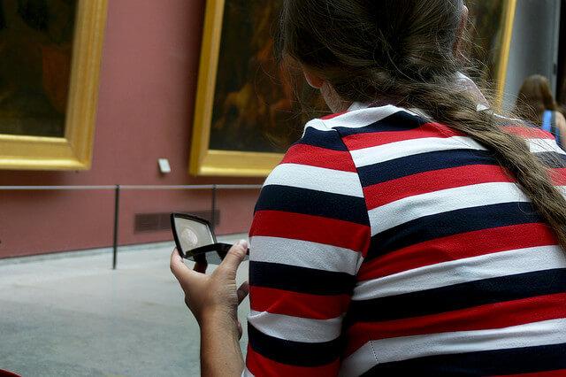 studentessa al museo gita scolastica