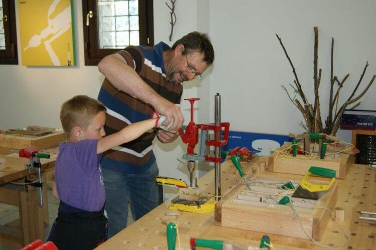 famiglie al museo nella falegnameria didattica del MAV