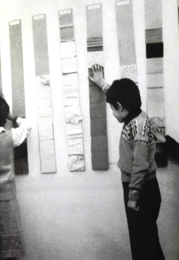 bambini toccano le tavole tattili nei laboratori didattici