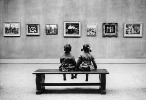 Coppia di bambini al museo
