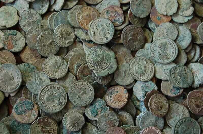 monete antiche utilizzate per la datazione di un sito archeologico