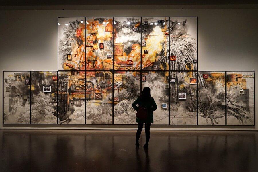 guardare lopera d'arte al museo, analizzare l'opera