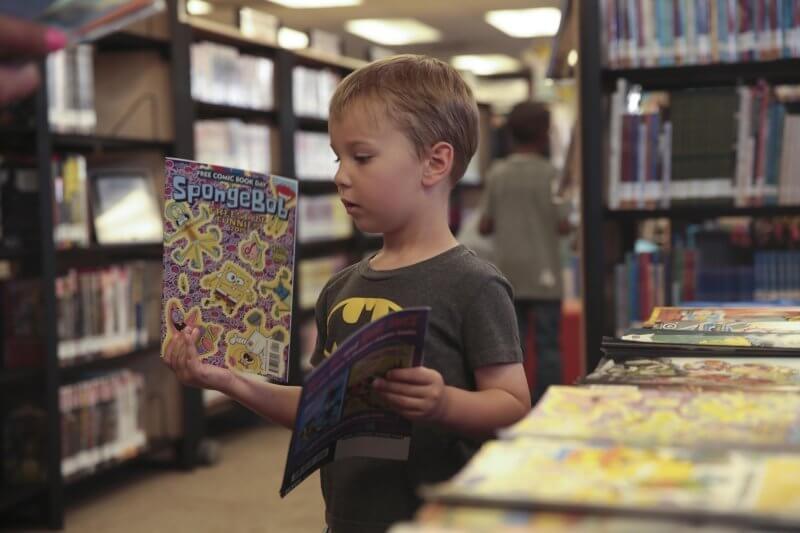 bambino che legge un fumetto