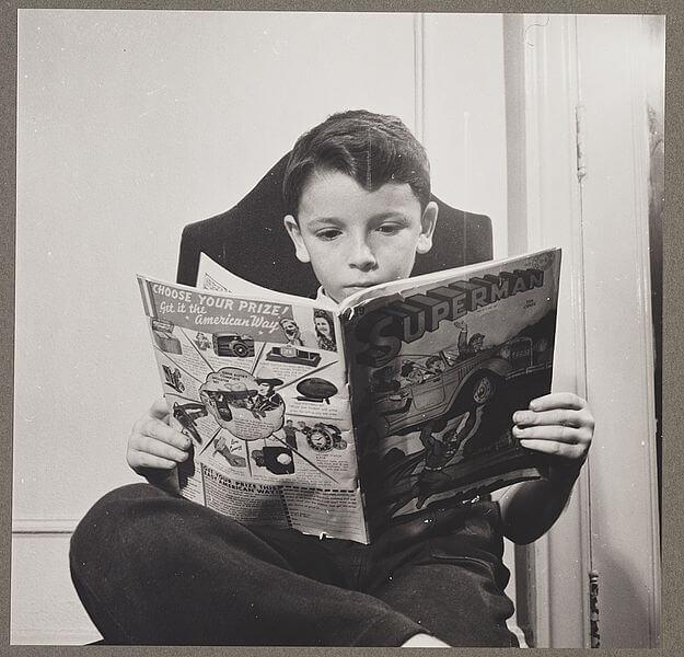 bambino legge fumetto di superman