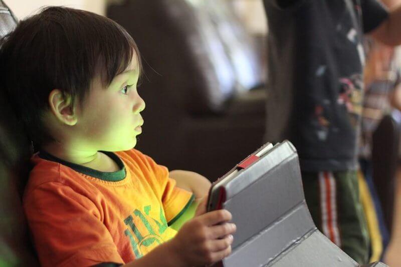 bambino che gioca con un tablet